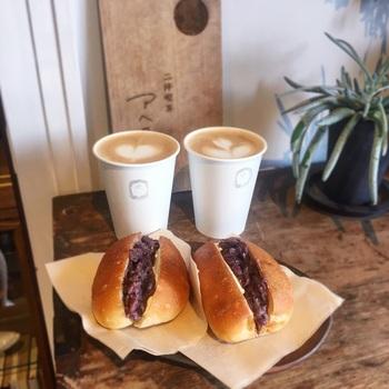 店内は、二坪と狭く、椅子も用意されているようですが、基本的にはテイクアウトメインで利用される方が多いそうです。 こちらはあんこがたっぷり入ったコッペパン。コーヒーとの相性抜群で、食べ歩きにもおすすめです!