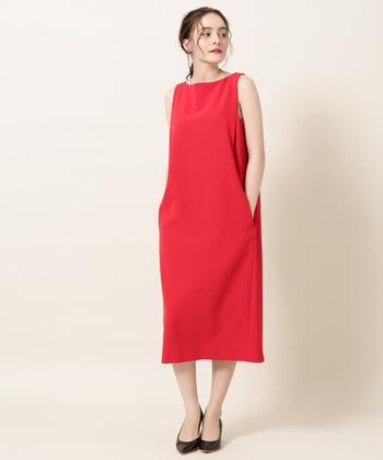 レッドのドレスは、一枚でどんなお呼ばれにもしっかりと対応。ゆったりとしたIラインが、すらりとした女性らしいシルエットを作り出してくれます。