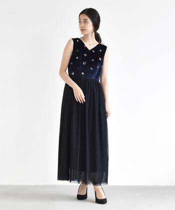 エレガントな印象を与える、チュールレースで作るマキシ丈のドレス。ネイビーのカラーは、クラシカルで落ち着いた雰囲気に。