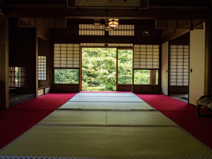 都内を含め、全国各地で開催されている寺ヨガですが、参加の際にはしっかり事前に持ち物やルール、集合時間などを確認しておきましょう。また静寂な空間を保ち、みんなが気持ちよくリラックスして参加するためにも過度な私語や、露出の多い派手な服装での参加は控えたいですね。