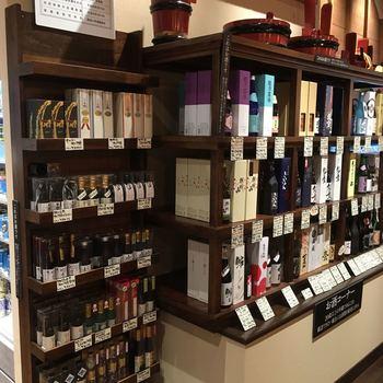 お味見のあとはぜひお土産を。ここではお酒のほか、お酒にぴったりのおつまみや、お菓子、新潟の職人さんがつくる工芸品なども購入できます。