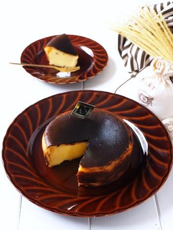 さつまいもの裏ごしを混ぜた、まるで焼き芋みたいな風味のバスク風チーズケーキ。ワンボウルで作れる手軽さも嬉しいレシピです。