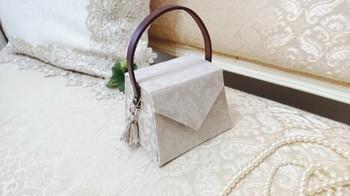 ちょっと変わったハンドバッグのデザインまで!エレガントなデザインが素敵です。