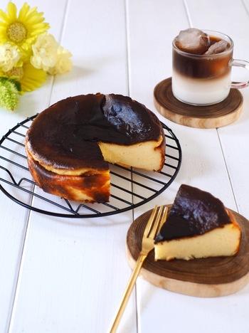 材料を混ぜ合わせてオーブンで焼いて、冷蔵庫で冷やすだけ!の簡単レシピ。焦げた表面とチーズの滑らかさは、まるでカラメルチーズプリンのような味わいです。