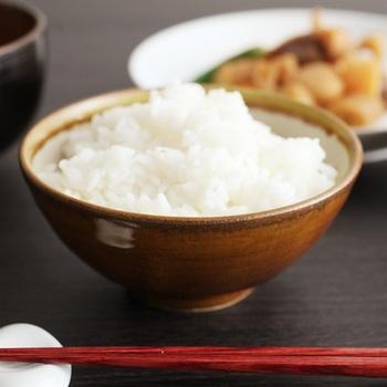 昔ながらの伝統釉を用いて作られた、和田窯の飯碗です。食卓を凛と正してくれるような、正統派の気品を感じさせる逸品です。