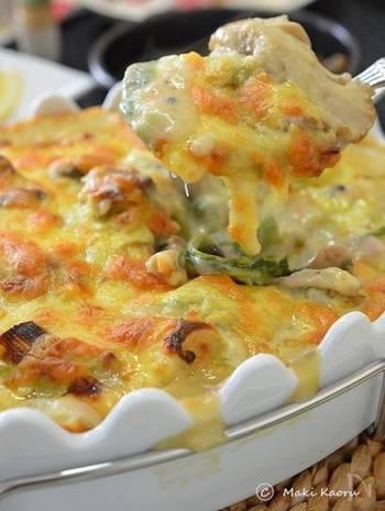 チーズ料理が食べたい時に忘れてはいけないメニューがグラタンです。この「豆乳で作る和風グラタン」は長ネギや菜の花を使い、豆乳と白だしベースなのでヘルシーで和風味。チーズと和風の優しい味わいが癖になりますよ。