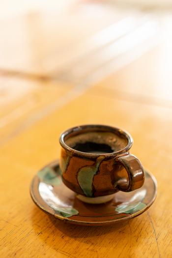 釉薬との相性も良く、様々な色合いや柄があるのも益子焼の特徴です。特に、柔らかな白の「糠白釉」、重厚感漂う漆黒の「黒釉」、ノスタルジックな飴色の「飴釉」などは「伝統釉」と呼ばれ、益子焼の代表的なものとして知られています。
