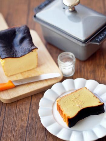テリーヌ型を使って作るバスクチーズケーキ。焼きたてはふんわりとクリーミー、冷蔵庫で冷やすとしっとり濃厚な味わいに。フレークソルトをかけると甘みが引き立ちます。