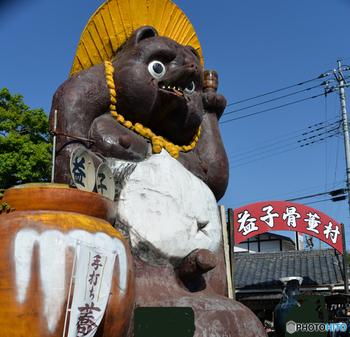 入口に鎮座する日本一大きな狸は、目印として存在感抜群。屋外の広場では、あちこちにテント設けて青空陶器市も行われ、大勢の人で賑わいます。