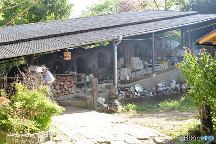 江戸時代の終わり頃、栃木県の益子町周辺で始まった益子焼(ましこやき)。もともとは日用の道具として発展しましたが、現代では独創的なデザインや手法が加わり、モダンな器としての人気が高まっています。