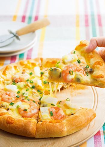 ビールやワインのお供にぴったりの「海鮮ダブルチーズピザ」はもっちり食感の自家製ピザ生地にホワイトソースとクリームチーズ、ピザ用のチーズをたっぷり使ったチーズをとことん楽しめるスペシャルなピザです。