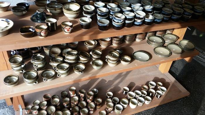 益子焼を買うならぜひ訪れてみたいのが、益子焼共販センターです。販売・陶芸教室・ギャラリー・食事処を擁する益子焼の複合施設で、約400軒弱といわれる益子焼窯元のうち約7割を取り扱っています。中には人間国宝の作品もありますよ。