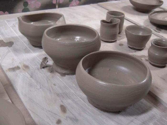 窯元よこやまは「炭化焼き」という独特の焼成方法が特徴で、素朴で風合い豊かな作品に仕上がります。一般的な器やカップの他、ちょっとめずらしい陶器のオカリナへの絵付け体験もできますよ。