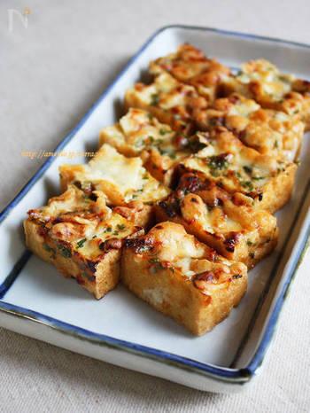 割ってもロックでもちびちび焼酎グラスを傾けながらいただきたいのが「厚揚げの大葉味噌チーズ」です。和食材とチーズも相性が良いのでおつまみには最高!大葉が良い引き立て役になってくれていますよ。