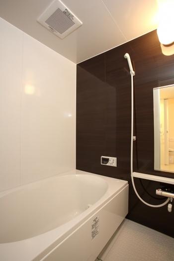 ユニットバスとは、あらかじめ工場で成形した浴槽・天井・壁・床等のパーツを現場で組み立てて設置する浴室のことです。各つなぎ目部分が一体化しているので水漏れのリスクが少なく、工期が短いため人件費を安く抑えられるのがメリット。 また、ユニットバスには『浴槽+洗面台』がセットになった2点ユニットバスと、『浴槽+洗面台+トイレ』がセットになった3点ユニットバスがあります。