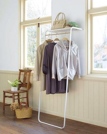 こちらも設置や移動が簡単なシェルフ付きハンガー。壁に立てかけるだけというシンプルな作りです。床面のスペースも上手に活用したいですね。