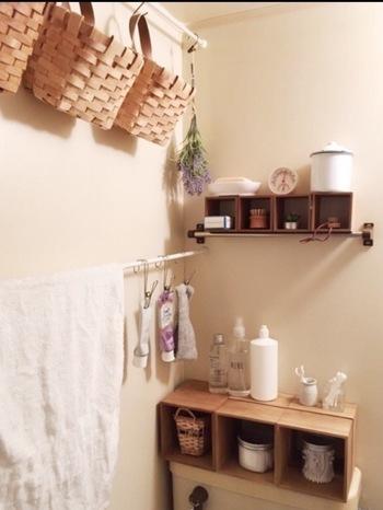 また、壁と壁の間につっぱり棒を渡し、S字フックやハンギングピンチをぶら下げれば、色々なものを吊るせる収納になります。タオルもこちらに掛けておいて、備え付けのタオルバーには100均の木製ボックスを繋げたミニシェルフを設置。空きスペースをくまなく活用しながら、見た目もおしゃれな空間になっていますね。