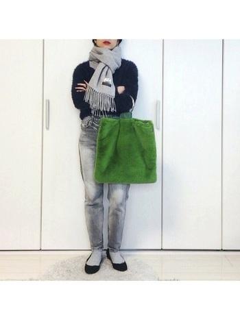 履き込んだ風合いを持つボーイジーンズに、シンプルなニットを合わせたナチュラルな着こなし。グリーンのエコファーのバッグが、冬らしいおしゃれなアクセントに♪