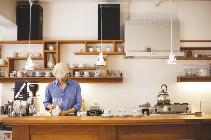 元住吉駅から徒歩6分。「手軽に、気楽に、自由に」をコンセプトに、多くのコーヒー愛好家に親しまれているカフェ「Mui」は、店主である大沢征史(まさふみ)さんが「本当に美味しいコーヒーを」と開業したお店なんだそうです。 ここでは、美味しいコーヒーの淹(い)れ方や、コーヒーの楽しみ方をテーマにしたイベントやセミナーも多数開催。地元のみならず、全国的にもその名を知られ、まさにコーヒー通にはたまらないカフェ。