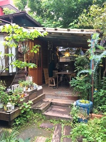 緑に囲まれた古民家カフェ「Hanacafe nappa69」は、細い路地を入ったところにある、まさに都会のオアシス。喧騒から離れ一休み。ほっとできるカフェです!