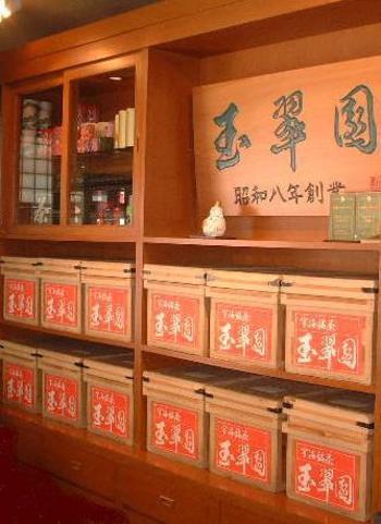 南1条東1丁目、「創成川イースト」エリアにある日本茶の老舗「玉翠園 本店」。少し昔なら敷居が高く感じたかもしれないその老舗が、今は、女性を中心に行列ができる人気店に。
