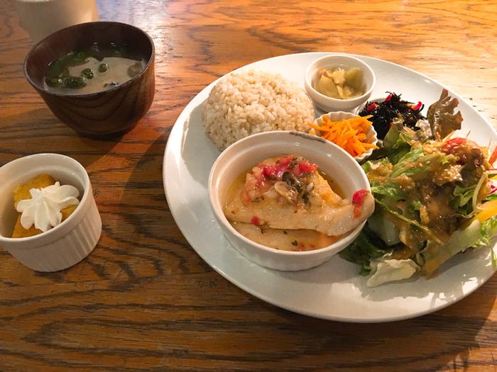 素材の味を生かした日替わりのプレートのランチは、お味噌汁やプチデザートも付いて1200円とリーズナブル。 野菜もたっぷりで、優しい味わいです。