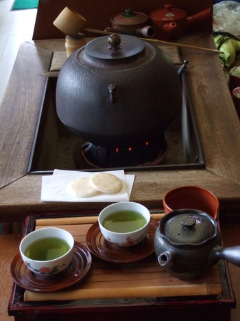 店内飲食の方には、店内で煎茶を一杯サービス。そのほか「給茶スポット」として、マイボトルにお茶を淹れてくれるサービス(有料)もあるそうです。