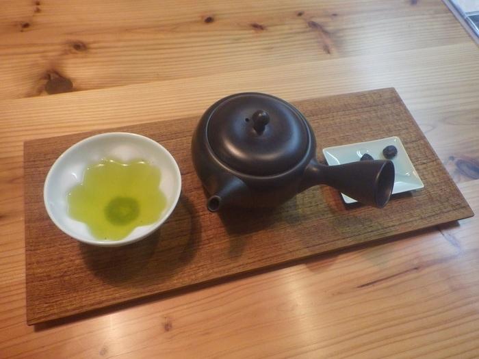 日本茶インストラクターとして15年ほど活動している店主のあけたさん。お茶の知識がなくても、好みに合わせたおすすめや飲み方などを丁寧に教えてくれます。暖かなおもてなしと、日本茶に関する深い知識は日本茶好きな方だけではなく、若者層や外国人にも人気なのだとか。