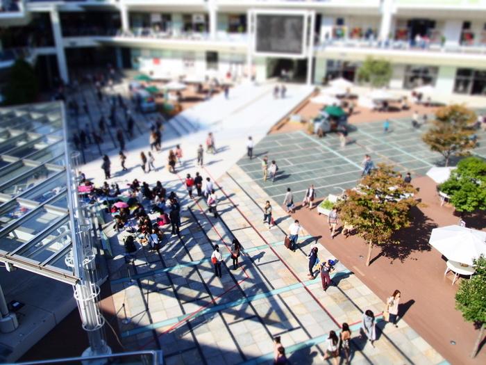 川崎と言えば、JR川崎駅直結の「ラゾーナ川崎」も、是非立ち寄りたいスポットです。ファッション、グルメ、シネコン、ジムなどの専門店で構成された大型ショッピングモールで、直径約60mの芝生の広場『ルーファ広場』では有名アーティストなどのライブイベントなども定期的に開催され、まさに活気にあふれたスポットです。 「ラゾーナ川崎」内には、多くの飲食店がありますが、その中からいくつか、おすすめのカフェをご紹介したいと思います。同じ施設内にあるので、ショッピングの合間に是非立ち寄ってみて下さいね♪