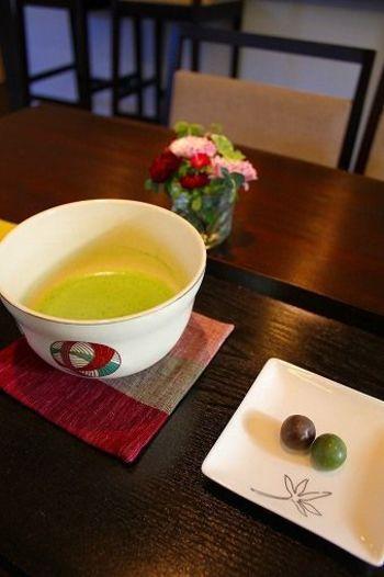 街中を離れて、月寒の住宅街へ。日本茶を扱う老舗「宇治製茶」が運営する一軒家カフェ「茶楽逢(サライ)」は、静岡、宇治、嬉野、鹿児島など産地ごとのお茶を和菓子といっしょにいただけるお店です。
