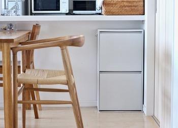奥行きの浅いカウンター下は、薄型の収納ボックスを設置して。椅子に座ったまま手が届く利便性をいかして、書類や家計簿セット、レシピ本など、家事アイテムの収納に。