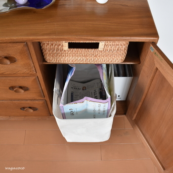 キャビネットや収納棚の中を仕切るには、ファイルボックスやカゴ、布製ボックスなど、入れたいものや形によって使い分けます。読み終わった新聞や雑誌などは、資源ごみに出しやすいよう、あらかじめ紐を仕込んでおくとゴミ出しもスムーズに。