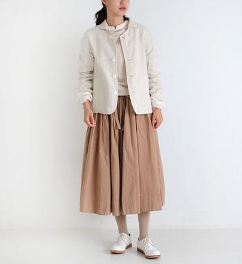コットン100%の生地で作られた、柔らかさが魅力のベージュのジャケット。小さ目の襟が付いているので、かしこまりすぎないジャケットスタイルが楽しめます。同系色アイテムと合わせたワントーンコーデで、ナチュラルに着こなしたいアイテムです。