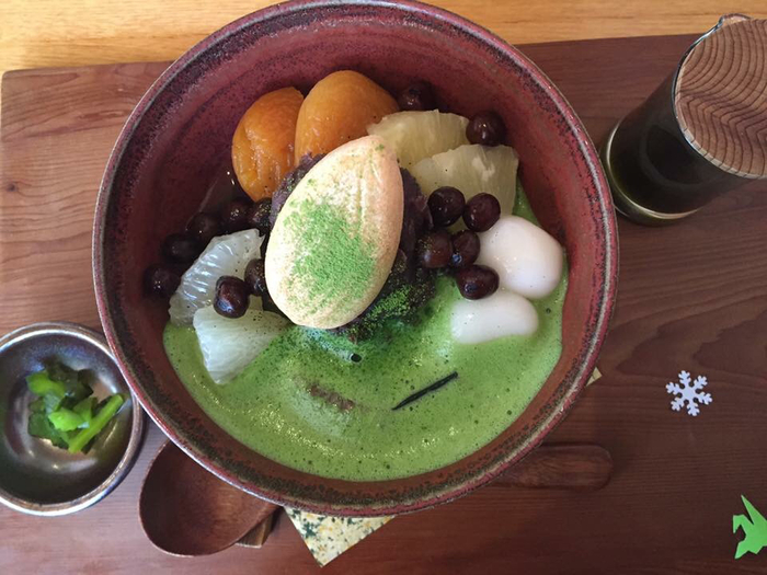 お楽しみは和の甘味。こちらは抹茶白玉あんみつです。生のフルーツが盛り込まれていて、甘さと抹茶のほろ苦さに爽やかなアクセントを添えてくれます。