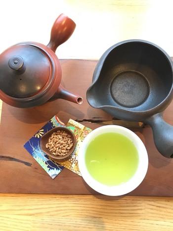 日本茶の種類もいろいろ。お茶の淹れ方について記された案内書きもあるのでチェックしてみてくださいね。また、曜日限定になりますが、お寿司やお茶漬けのランチメニューも人気。行く度に違った楽しみを味わえそうですね。