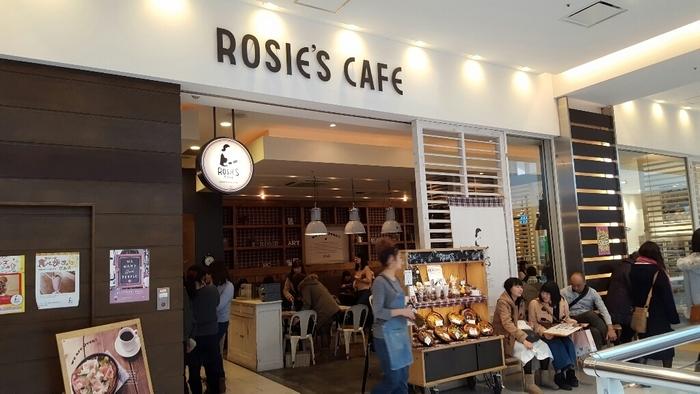ラゾーナ川崎プラザ4Fにある「ROSIEScafe」。 お昼時は勿論、夕方なども満席になる人気のお店です。こちらは、メニューを決めたら、カウンターに自分でオーダーしにいって支払するシステムになっています。
