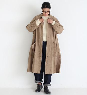 光沢感とふっくらした質感が魅力的な、レーヨンリネン生地のコートです。ニットやTシャツにデニムを合わせただけのシンプルコーデでも、無造作にこのコートを羽織るだけでグッとセンスアップします。