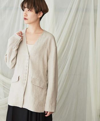 リネンをベースに作られたベージュのジャケットは、深く開いたVネックラインで女性らしさをアピールできる一枚。くるみボタンを並べたデザインが、ちょっぴりクラシカルな雰囲気を思わせます。フェミニンにもナチュラルにもぴったりな、さっと羽織れるライトジャケットですね。