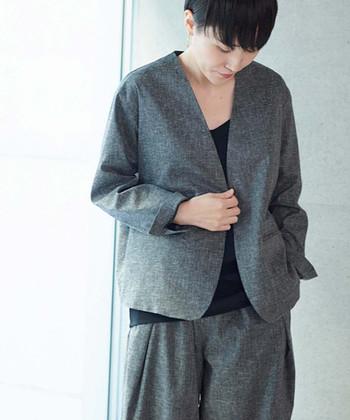 麻素材で作られたグレーのシンプルなジャケットは、どんなコーディネートに合わせても大人っぽくキマるアイテムです。同シリーズのパンツを合わせたセットアップスタイルも素敵ですが、あえてガーリーなワンピースに合わせてミックススタイルにまとめても◎