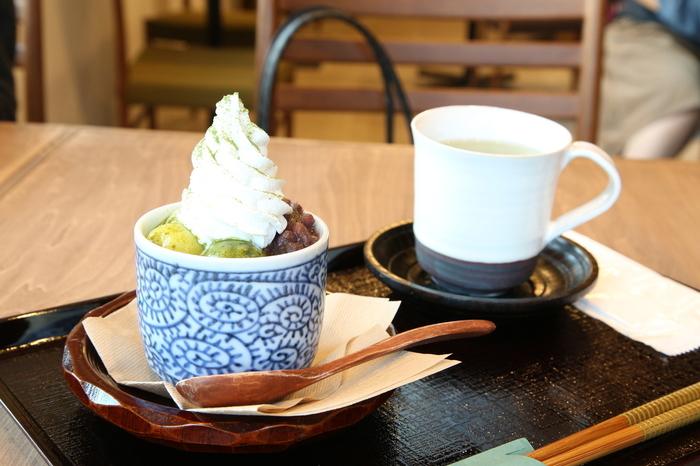 お茶コースと合わせて、パフェやあんみつなどの甘味メニューも楽しめます。