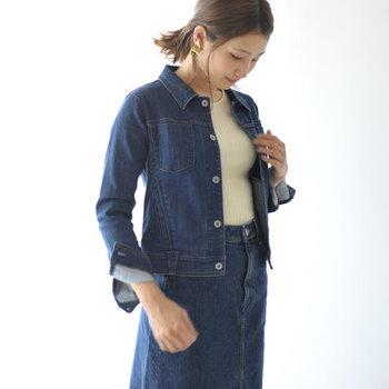 独自の軽量な糸を採用して作られたデニムジャケットは、デニムとは思えない程の快適な着心地が特徴です。軽くて柔らかいので、動きにくさを感じることもありません。ウエスト部分が少しキュッと締まっているので、スタイルアップ効果も期待できます。