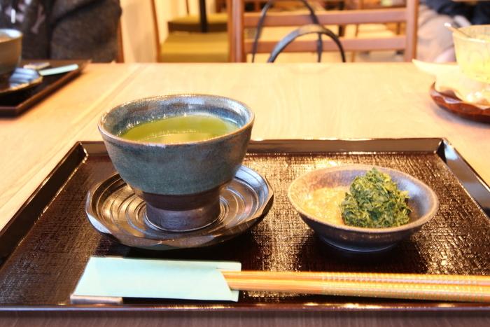 札幌近郊の街、恵庭市の「富士宮茶園」。お茶の本場である静岡県・富士宮出身の店主が、自ら厳選したお茶を提供しています。テイクアウトのドリンクやワンハンドスイーツもありますが、じっくりお茶の魅力を味わうなら、カフェスペースでの「日本茶コース」がおすすめです。お茶うけのお菓子とともに三杯のお茶を楽しみ、最後のお茶柄は特製味噌とあえていただくとっておきのコース。