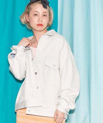 スノーデニムと呼ばれるデニム地を使って、オーバーサイズに仕上げたデニムジャケット。白デニムならどんなスタイルにも合わせやすく、カジュアルコーデに羽織っても女性らしい印象を演出できます。フレアスカートと合わせると、ほど良いミックススタイルに♪