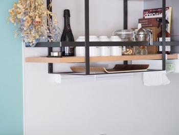 キッチンカウンターまわりは、空間を利用した収納が適しています。視線が集まりやすいカウンター上の吊り棚は、見せる収納を心がけて。ティーセットやトレイなど、ショップのようにディスプレイしつつ機能的に収納します。