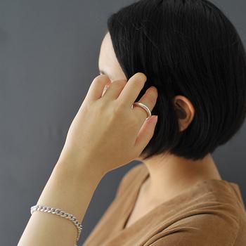 シンプルなシルバーのリングは、洗練されたデザインでどんなコーディネートやスタイルにも合わせられるアイテムです。ベーシックなデザインなのにほど良いボリューム感があるので、ちょっぴりモードな印象になりますね。