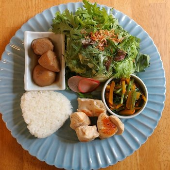 ランチでは、おばんざいやサラダがワンプレートにのせられたDELI定食をいただけます。 九州低温熟成地鶏のグリルは、ジューシーな食べ応えが◎
