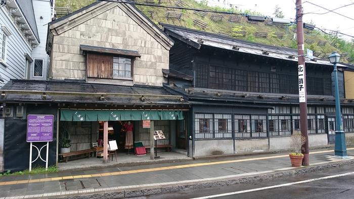 明治40年築、110年の歴史を刻む商家のたたずまいは、小樽の中でもどこか特別な情緒と存在感があります。これからも大切に守られてほしい空間のひとつです。