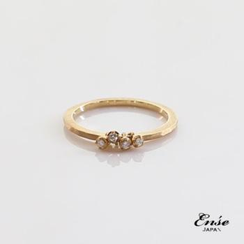ダイヤモンドが付いた小さな指輪をシンプルなゴールドのリングに通したような、繊細なデザインが魅力的なアクセサリー。モチーフが上下に動くたびに、キラキラと光る輝きを味わえます。
