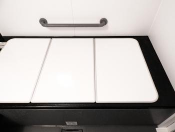 一般家庭の浴室では、オプションとして設置することも多い手すり。3点ユニットバスに別途取り付けたい場合は、市販の吸盤手すりなどを使う方法もあります。強力な吸盤によって固定するタイプの手すりなら、浴槽や壁面など、つるつるした場所であればどこでも着脱可能です。