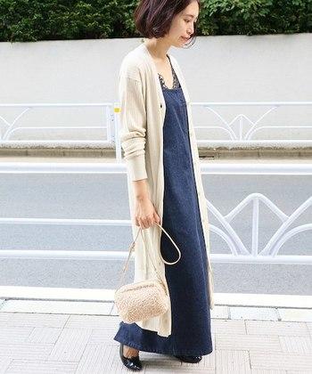 カジュアルなデニムサロペットスカートも、白のVネックロングカーディガンをさらりと一枚羽織ることで、こなれ感のあるコーディネートに。季節の変わり目に一枚あると重宝します。